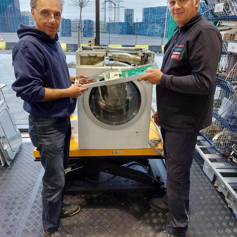 Alain en medewerker BSH Groep_kringloper